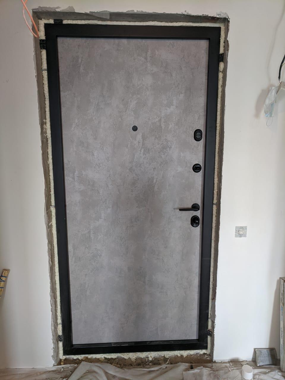 входная дверь отделка серая лазурь чёрная фурнитура гладкая внутренняя панель стальная линия