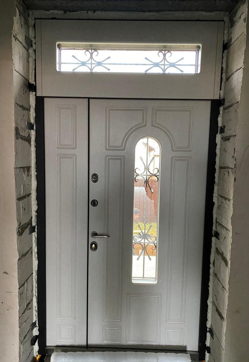 Уличная двупольная дверь с фрамугой Тауэр окно стальная линия