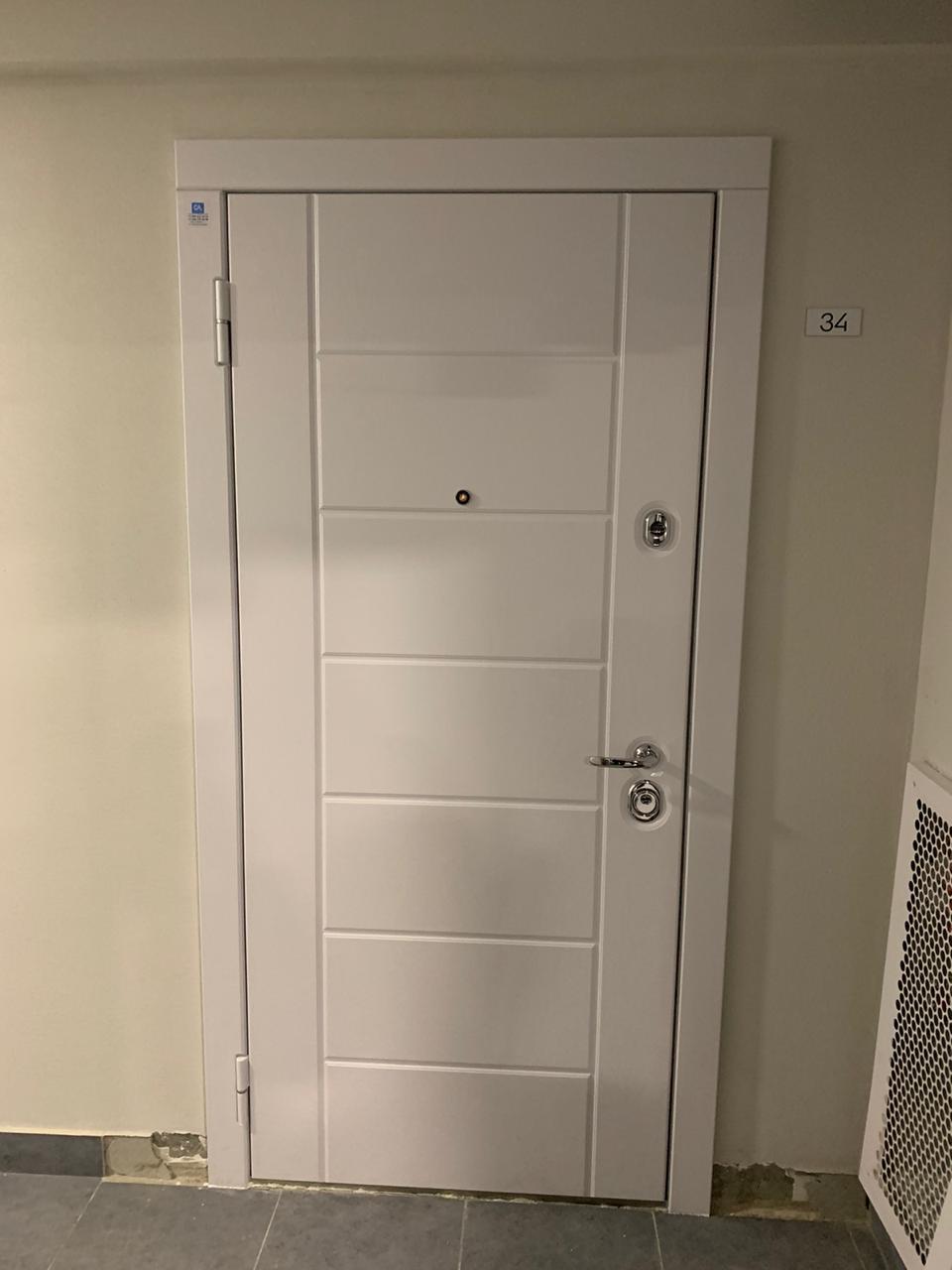белая входная дверь в квартиру стальная линия н-55