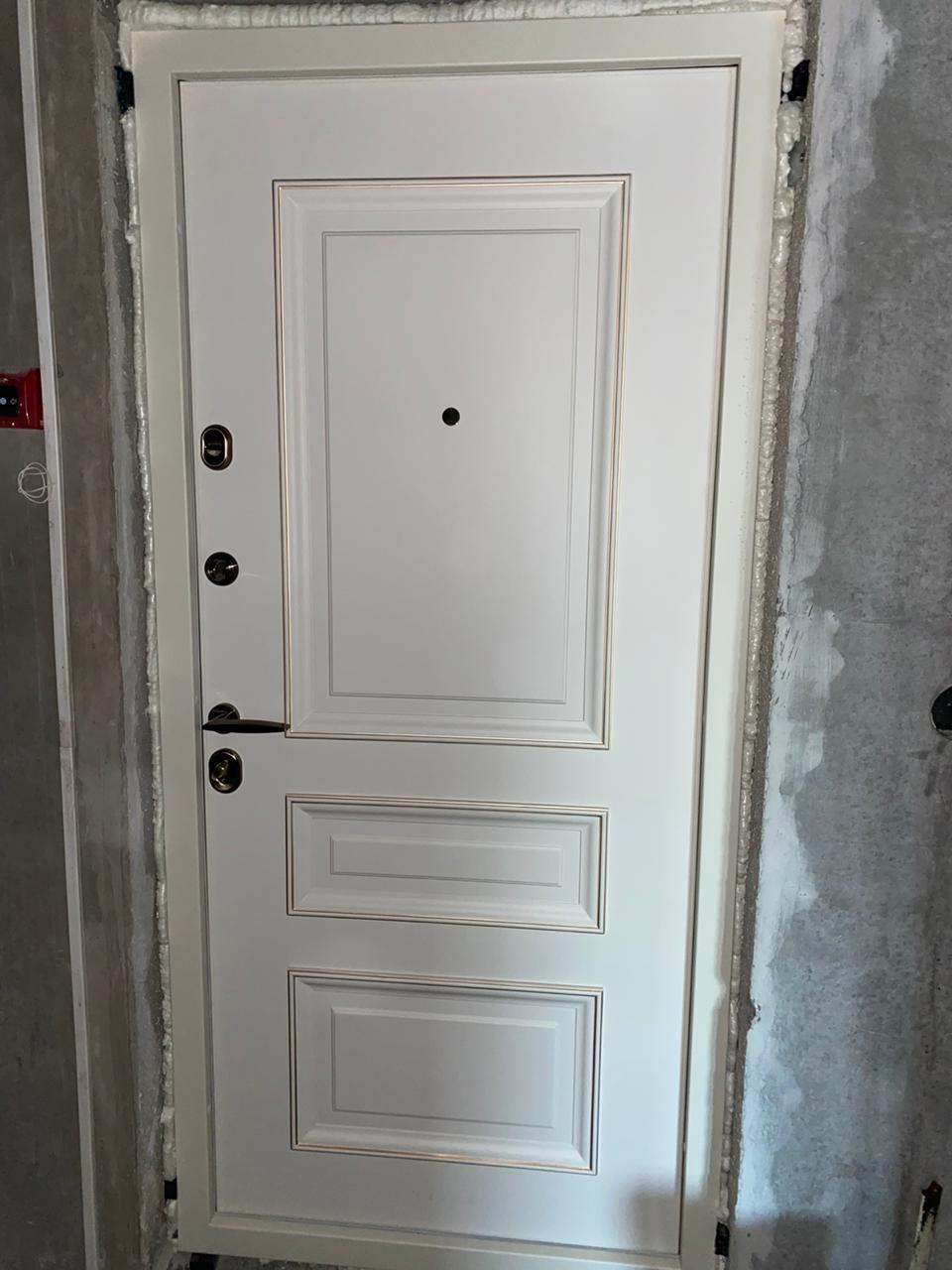 эмаль белая с патиной багетная входная дверь в квартиру стальная линия Л-1