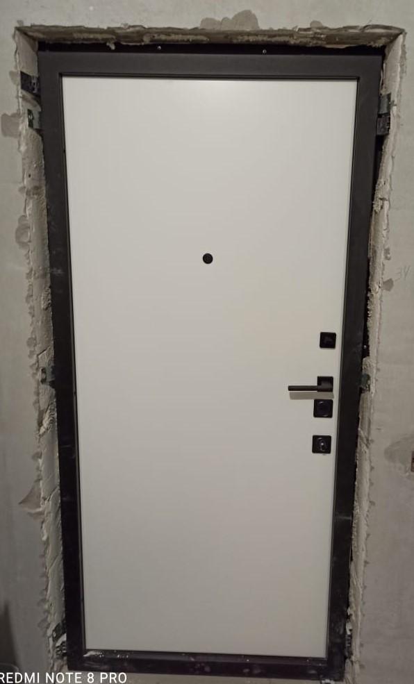 гладкая белая внутренняя панель чёрная квадратная фурнитура входная дверь стальная линия