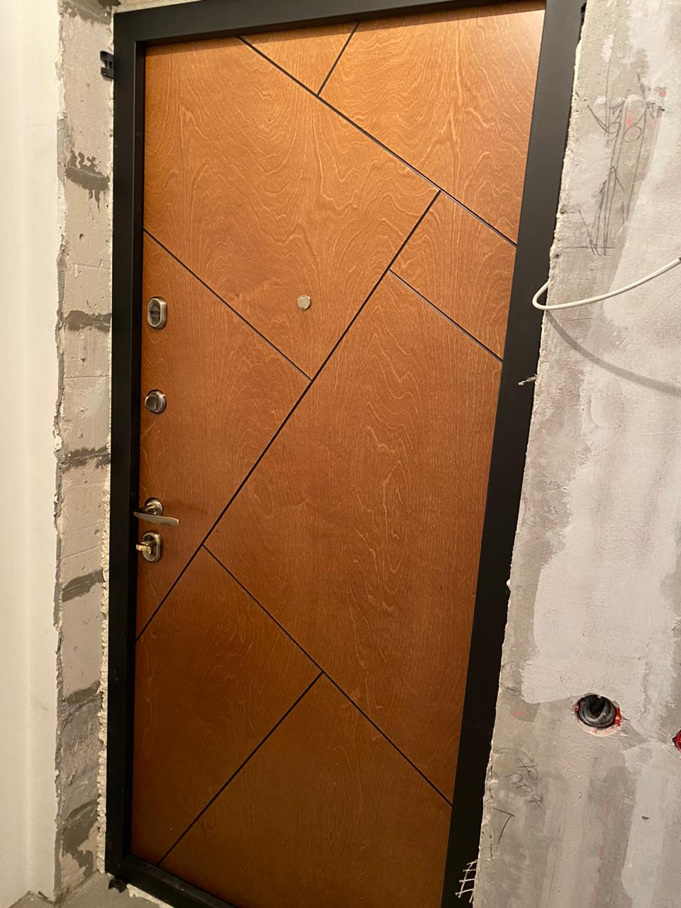 Натуральный шпон берёзы Бьорк Bjork входная дверь стальная линия рисунок Сидней фурнитура бронза