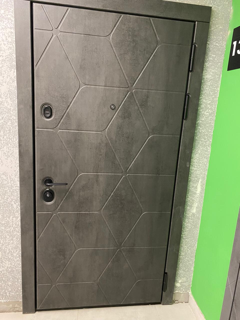 современная входная дверь стальная линия камень тёмно-серый рисунок cv1-02