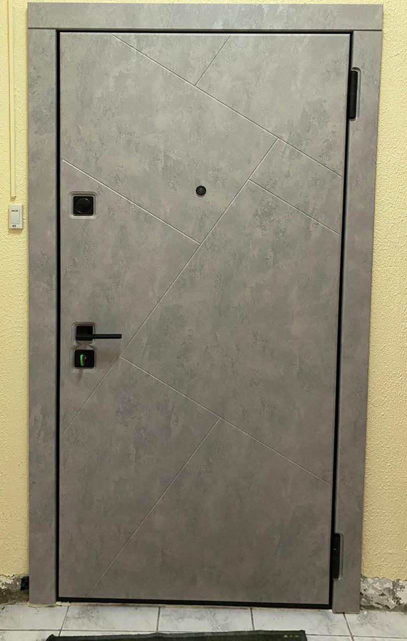 входная дверь в современном стиле рисунок сидней серая лазурь чёрная квадртная фурнитура стальная линия