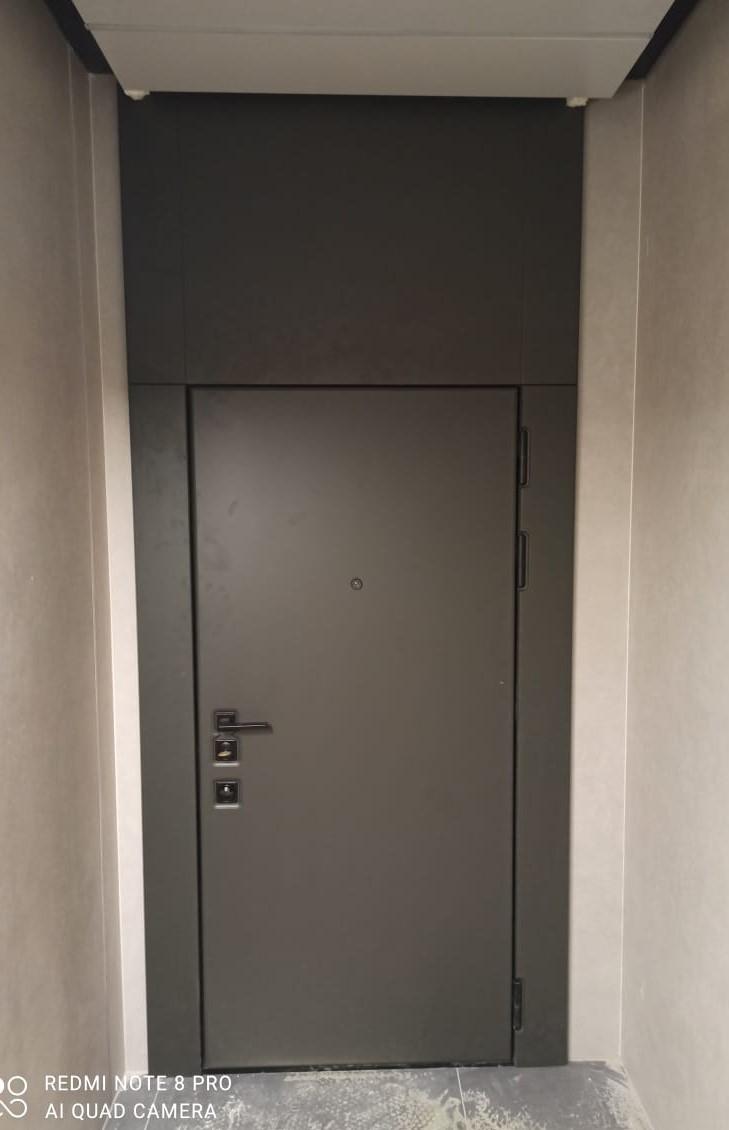 чёрная квадратная фурнитура входная дверь с широкими наличниками и фальшфрамугой стальная линия