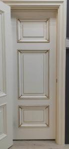 межкомнатная дверь классического дизайна с багетом и патиной золото enamel classic 236 potential doors