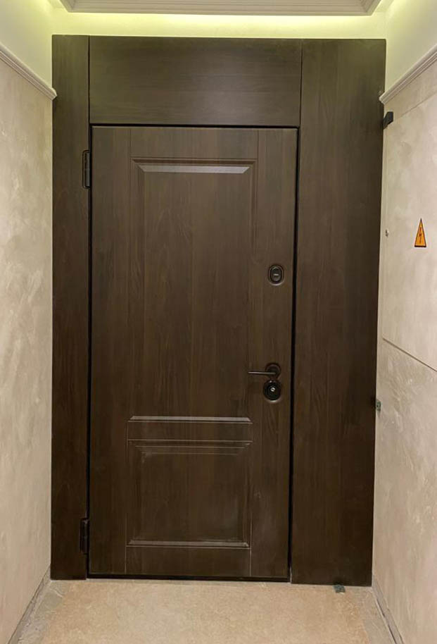входная дверь в классическом стиле широкие наличники фальшфрамуга steeltex тик П-31 стальная линия