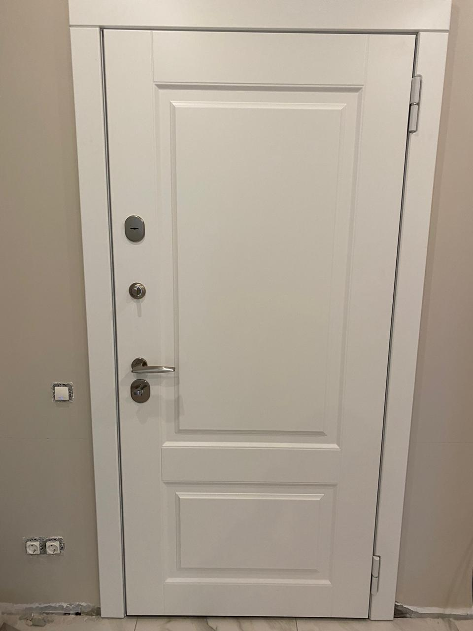 входная дверь внутреннего открывания белая П-45 фурнитура сатин стальная линия