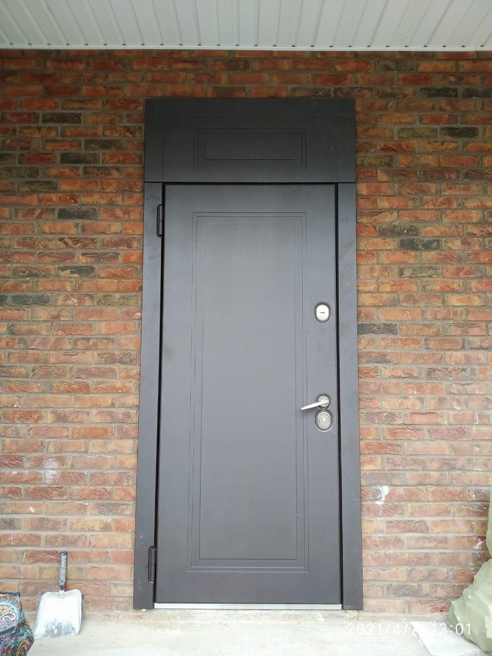 уличная дверь с терморазрывом фрамуга эмаль коричневая П-51 стальная линия