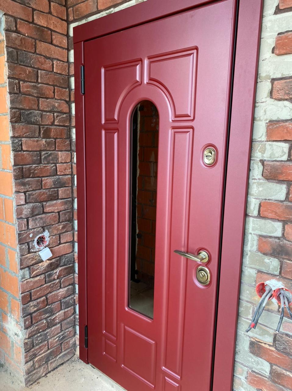 красная входная дверь в дом с окном цвет марсала фурнитура бронза терморазрыв стальная линия Н-90 тауэр