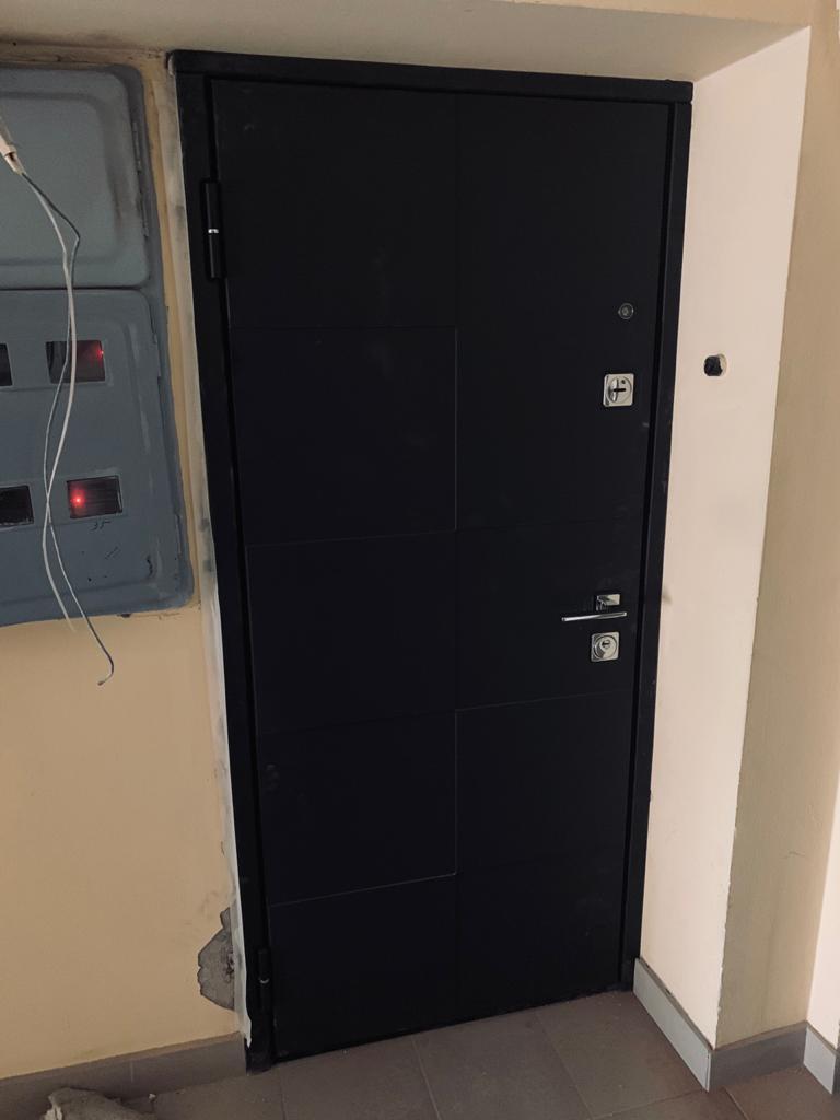 входная дверь soft touch Чёрный кашемир рисунок Д-14 квадртная фурнитура хром стальная линия