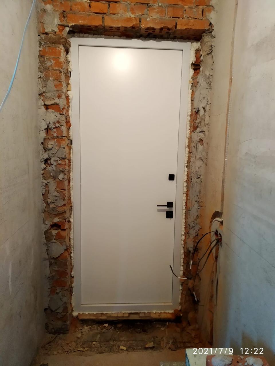 белая входная дверь нестандартного размера высокая входная дверь гладкая без рисунка чёрная квадртаня фурнитура