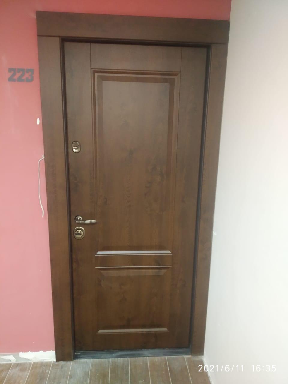 Входная дверь внутреннего открывания стальная линия отделка дуб тёмный рисунок П-31
