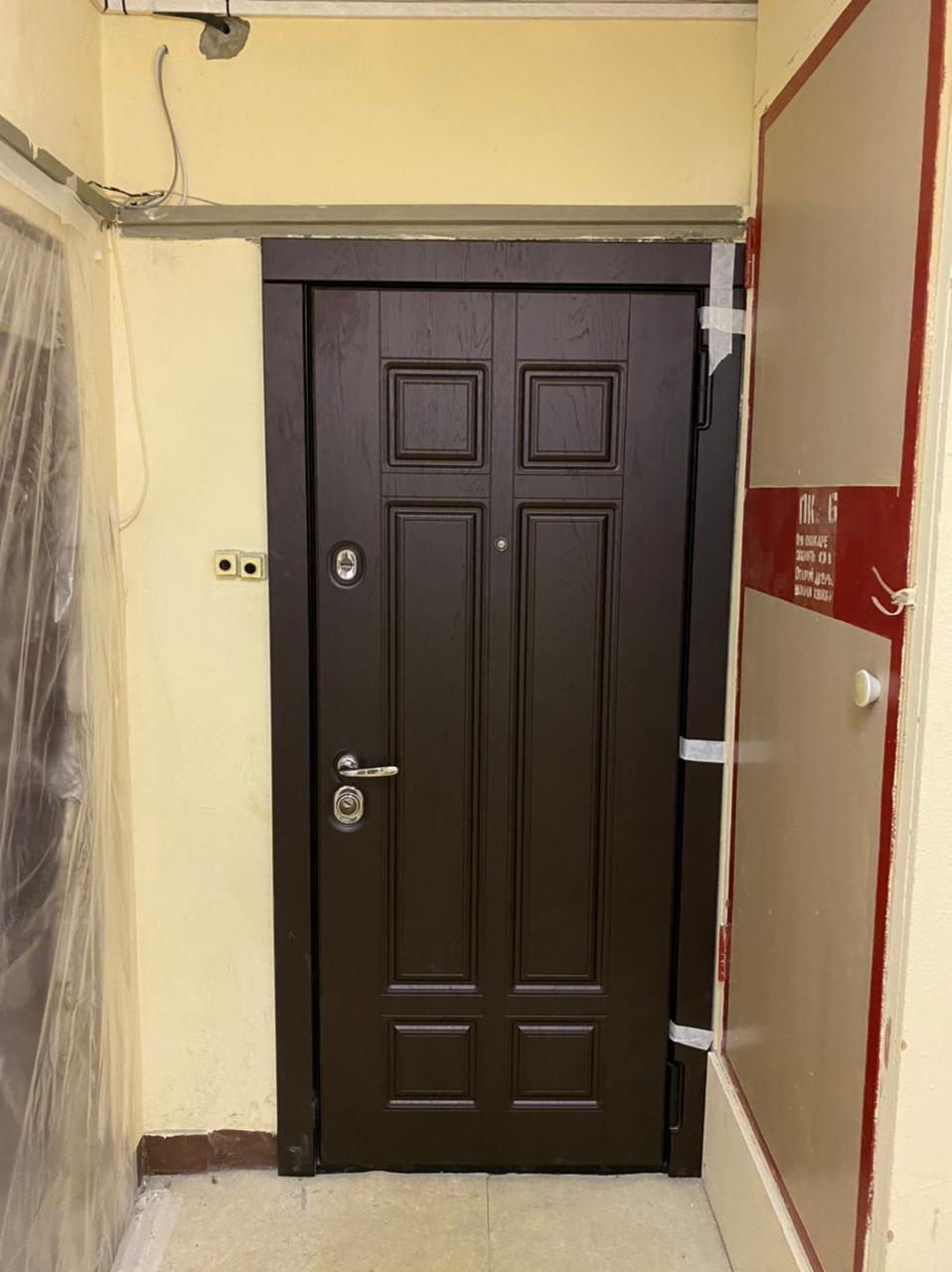 входная дверь в классическом стиле сенат стальная линия. Коричневая панель рисунок П-9