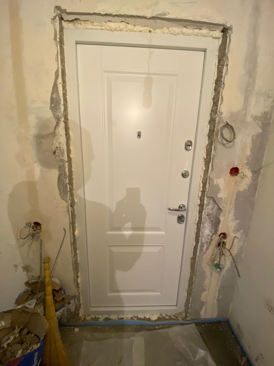 Входная дверь сенат в наличии стальная линия белая эмаль две филёнки коробка в два цвета