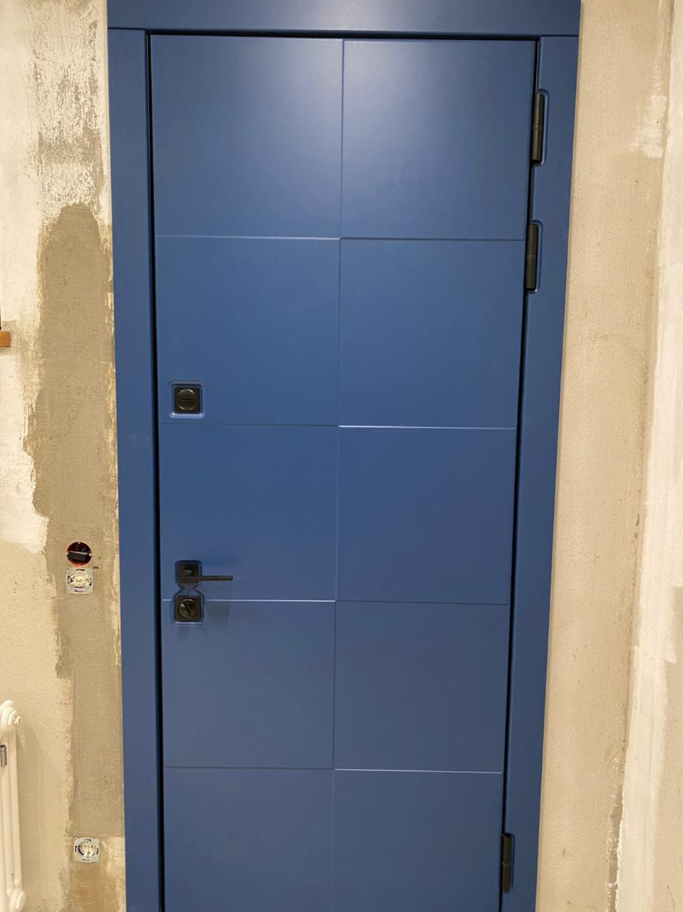синяя входная дверь стальная линия рисунок Д-14 квадратная чёрная фурнитура