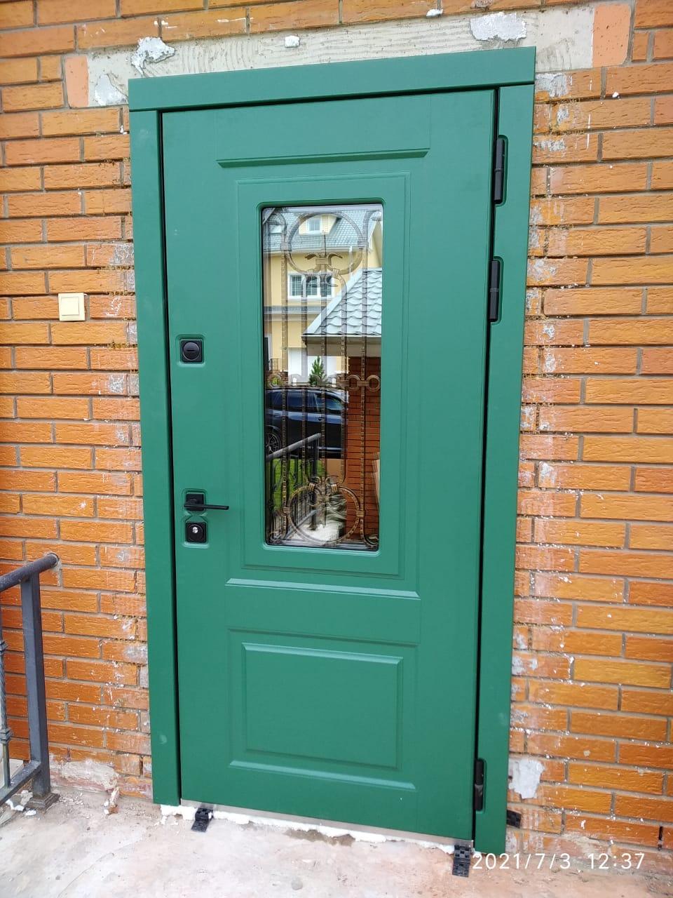 входная уличная дверь с терморазрывом стальная линия зелёная эмаль трёхкамерный стеклопакет художественная ковка чёрная квадратная фурнитура для входных дверей