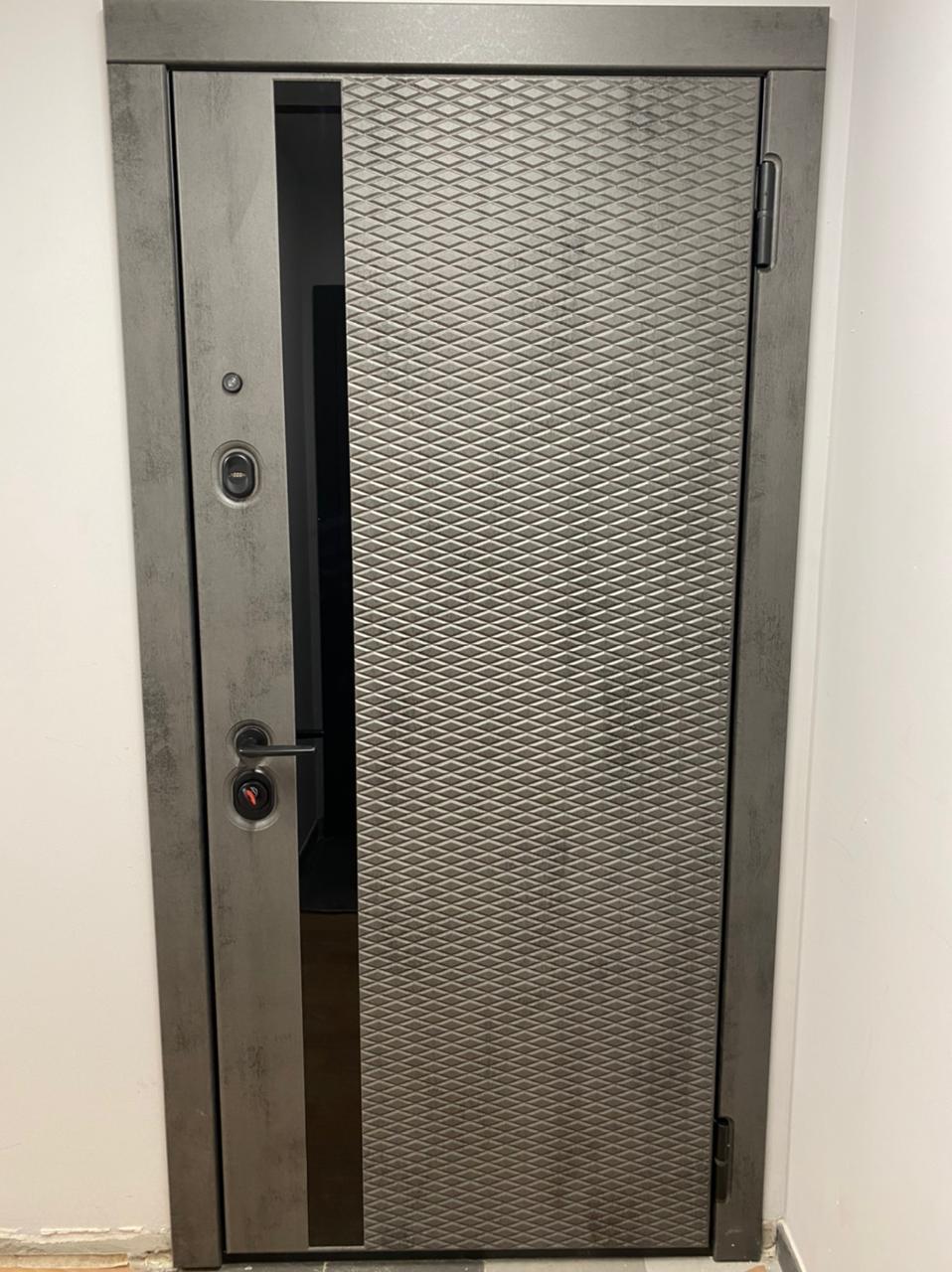 входная дверь стальная линия камень тёмно-серый рисунок техно-18 вертикальная вставка стекло чёрный глянец