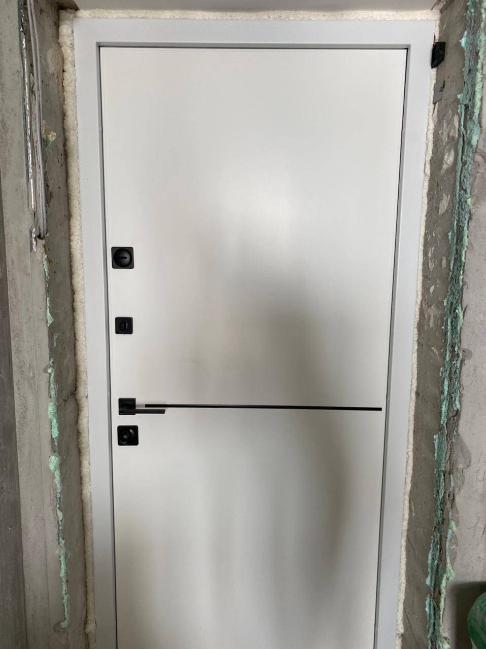 белая входная дверь стальная линия отделка steellak белый рисунок техно-4 вставка чёрный молдинг чёрная квадратная фурнитура для входных дверей