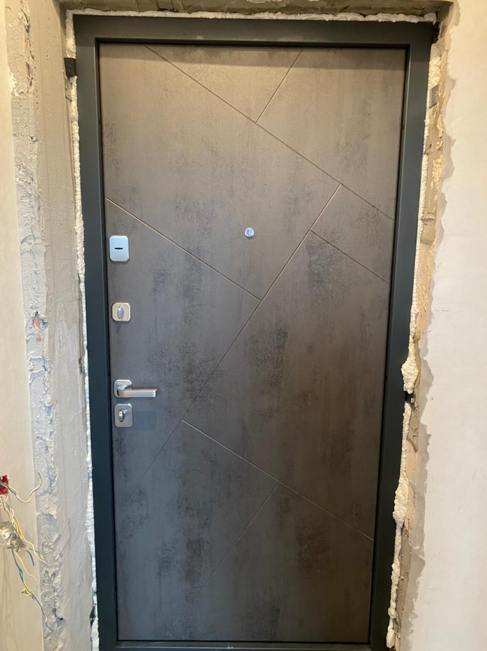 монтана входная дверь стальная линия отделка камень тёмно-серый рисунок сидней фурнитура для входных дверей матовый хром