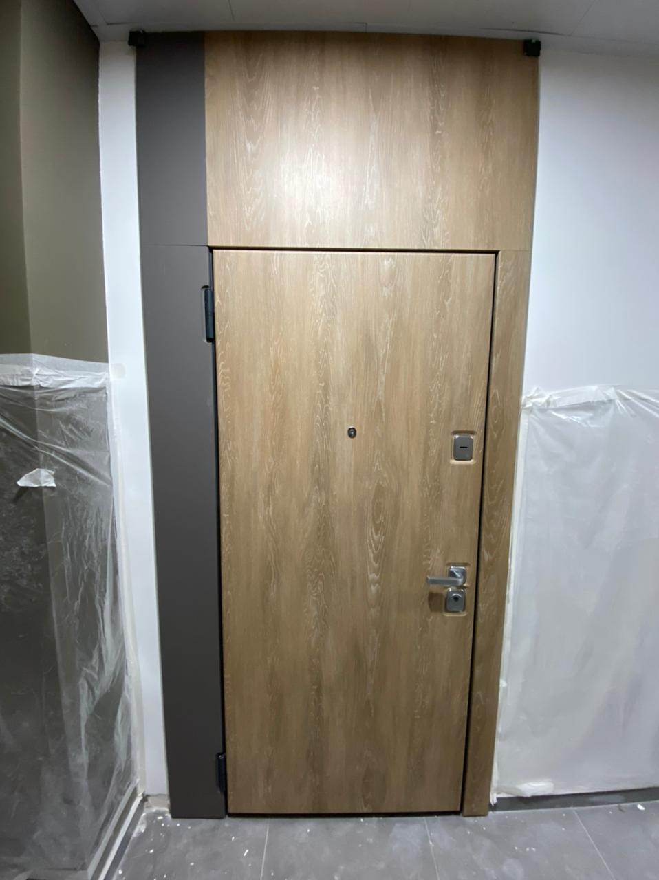 входная дверь стальная линия с широкими наличниками и фальшь фрамугой отделка ПВХ дуб миндальный квадратная фурнитура матовый хром рисунок гладкий CL-01
