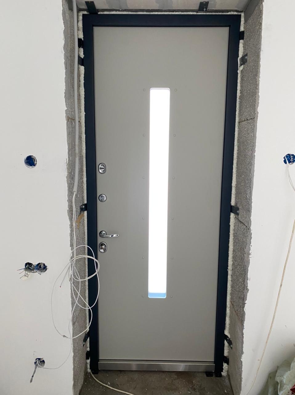 входная уличная дверь с терморазрывом и окном стальная линия отделка steellak Серый ral 7044 рисунок о-с2